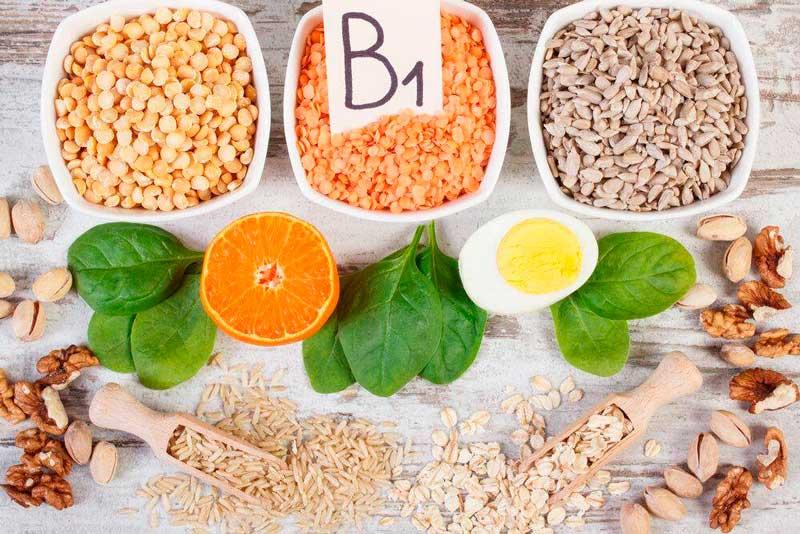 Витамин B1: орехи, шпинат, фасоль, свинина.