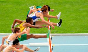 Барьерист прыгает через барьер